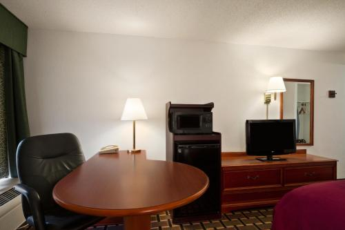 Baymont Inn & Suites Crossville Photo