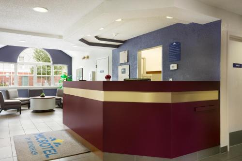 Microtel Inn By Wyndham Louisville East Photo