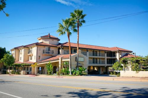 Lamplighter Inn & Suites Photo