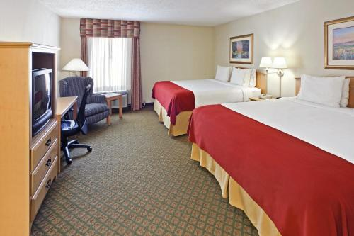 Holiday Inn Express & Suites Fayetteville University of Arkansas Area Photo