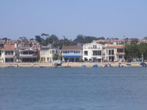 Peach Blossom Three-Bedroom Apartment in Newport Beach Photo