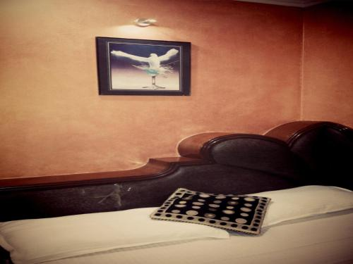http://www.booking.com/hotel/in/everest.html?aid=1728672