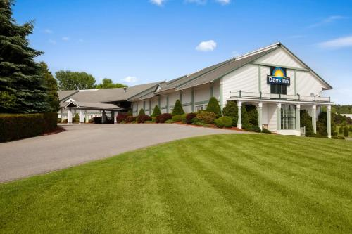 Days Inn Shelburne In Shelburne VT - Swimming Pool -Outdoor Pool - Non Smoking Rooms ...