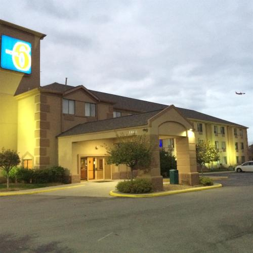 Motel 6 Indianapolis - Airport photo 2