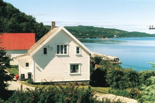 Three-Bedroom Holiday home in Tau Norge - bjoreimsbygda -