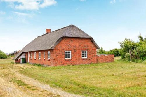 FOUR BEDROOM HOLIDAY HOME IN 8