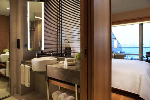 Renaissance Hong Kong Harbour View Hotel, A Marriott Luxury & Lifestyle Hotel photo 60