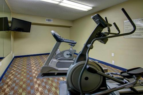 Crestwood Suites Marietta East Lake Photo
