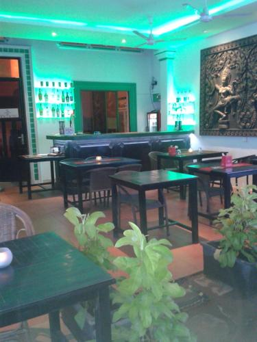 http://www.booking.com/hotel/kh/the-dancing-frog-hostel.html?aid=1728672