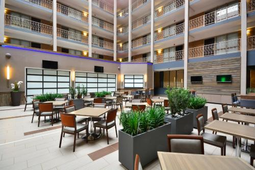 Embassy Suites Denver Stapleton Photo