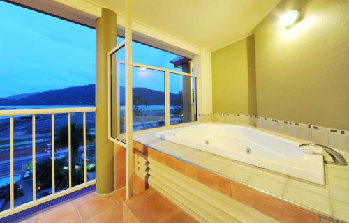 One-Bedroom Suite with Bay View and Spa Bath