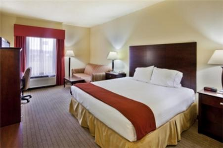 Holiday Inn Express Hotel & Suites Calhoun