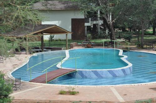Hunters Lodge, Twaandu