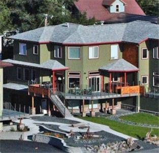 Photo of Seward Front Row Townhouse Hotel Bed and Breakfast Accommodation in Seward Alaska