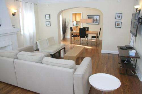 Vintage Two Bedroom West Hollywood Vacation Apartment 5