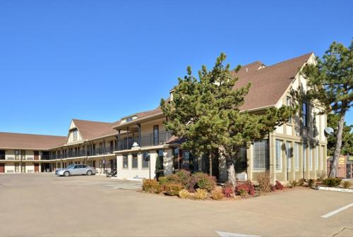 Americas Best Value Inn Edmond Photo