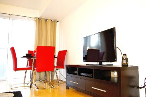 Royal Stays Furnished Apartments-Blue Jays Way Photo