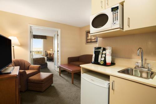 Ramada Inn & Suites Clairmont Photo