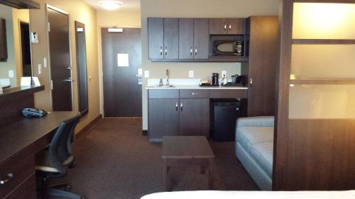 Microtel Inn & Suites by Wyndham Red Deer Photo