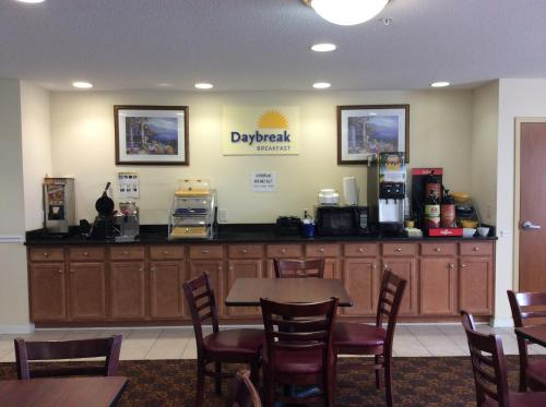 Days Inn Greensboro/Landmark Center Photo