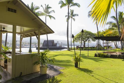 Courtyard by Marriott King Kamehameha's Kona Beach Hotel Photo