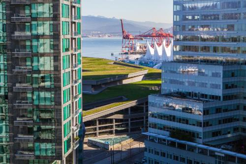 Pinnacle Hotel Vancouver Harbourfront Photo
