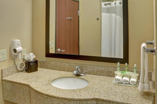 Holiday Inn Express Hotel & Suites Texarkana East Photo