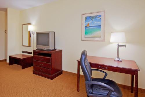 Holiday Inn Express Hotel & Suites Panama City-Tyndall Photo