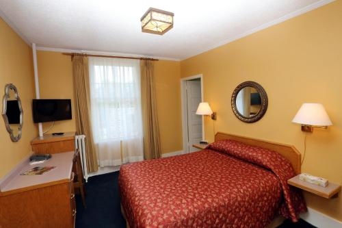 James Bay Inn Hotel, Suites & Cottage Photo