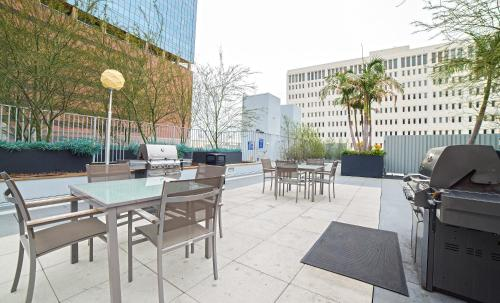 Wilshire Studio Apartment Photo