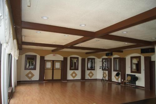 Monroe's On The Lake Hotel & Banquet Hall Photo