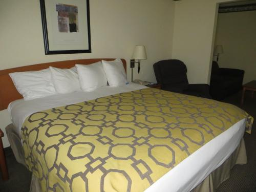 Baymont Inn & Suites Fort Wayne Photo