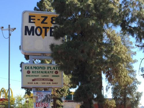 EZ 8 Motel Airporter Photo