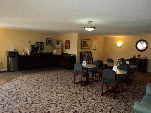 Econo Lodge Inn & Suites – 11708