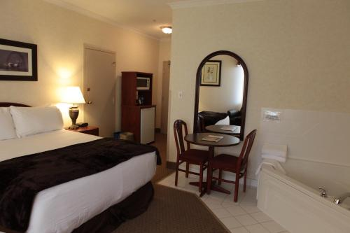 Continental Inn & Suites Photo