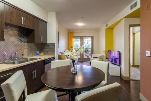 Hollywood Square Apartment Photo