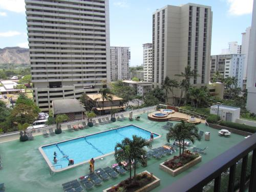 Waikiki Banyan Apt, walk to the beach, Free Wi-Fi & parking Photo