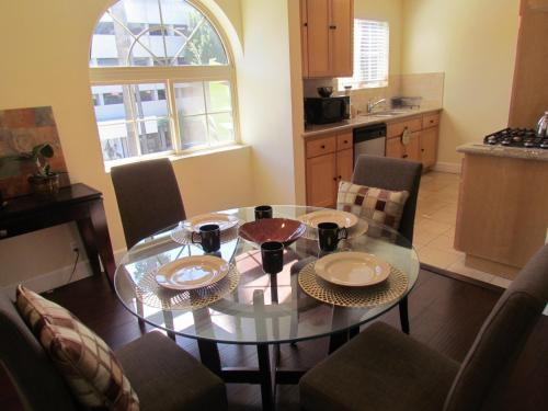 Best Location in Beverly Hills, 2-Bedroom Apartment Photo