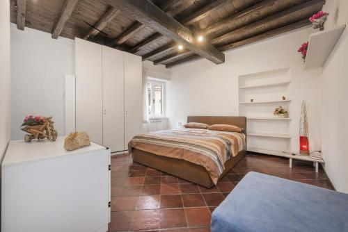http://www.booking.com/hotel/it/trastevere-vicolo-deluxe-apartments.html?aid=1728672