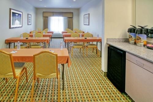 Holiday Inn Express & Suites Roswell Photo