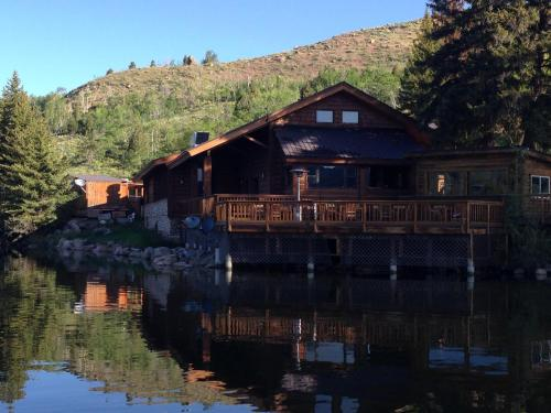Half Moon Lake Lodge Photo