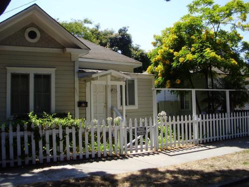Sunny Downtown SB Rentals on De La Vina - Santa Barbara, CA 93101