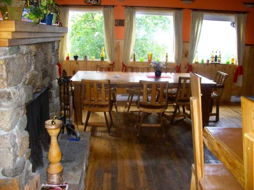Alexa Chalets -Timber Inn & Restaurant Photo