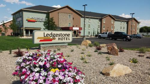 Ledgestone Hotel Vernal Photo