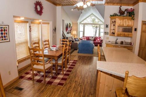 Beach House Getaway, Cabins at Garden City Photo