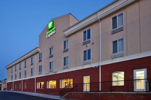 Holiday Inn Express Commerce-Tanger Outlets