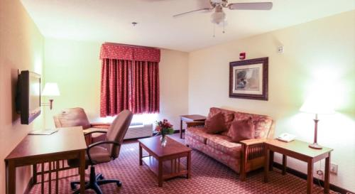 Mountain Inn & Suites Airport - Hendersonville Photo