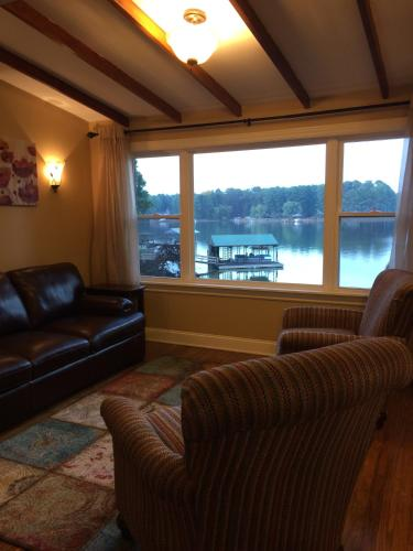 Peninsula Cove Lake House Photo