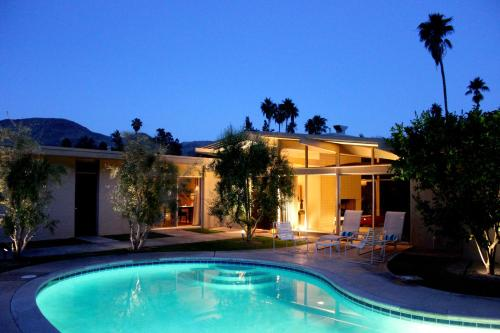 1964 ARCHITECTURALLY SIGNIFICANT FAIRWAY POOL LUXURY RETREAT