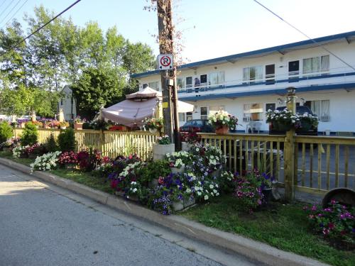 Niagara Parkway Court Motel Photo